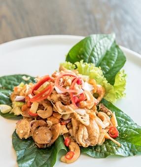 Krokante pittige salade met viskrop