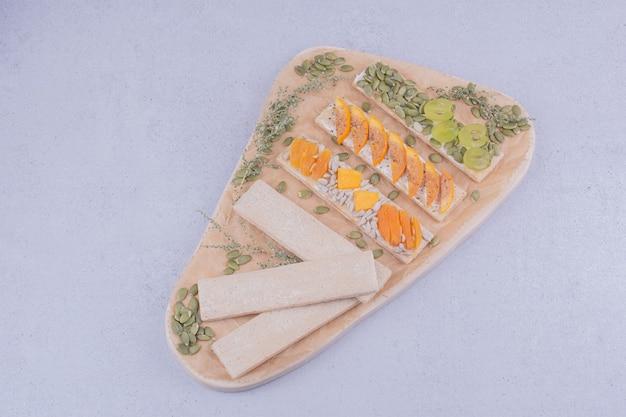 Krokante snackbroodjes met kruiden en fruit.