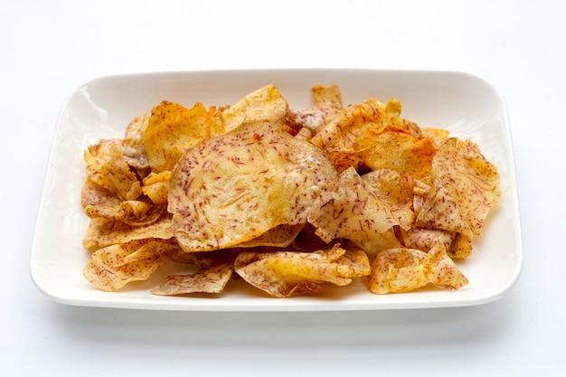 Krokante taro chips op witte achtergrond.