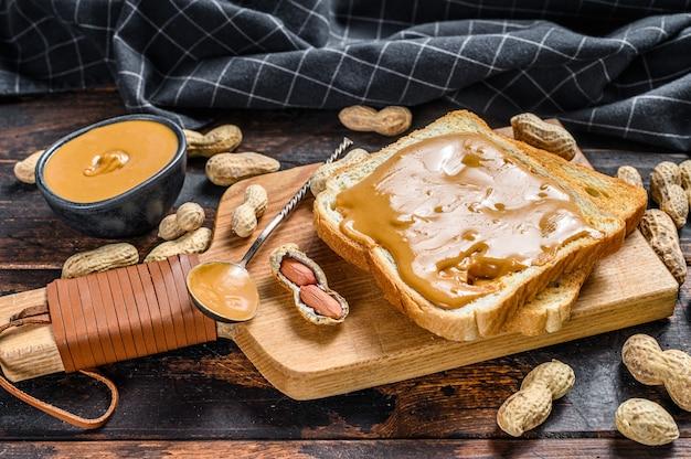 Krokante toast met pindakaas op het ontbijt