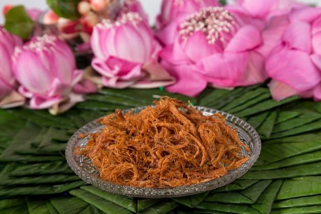 Krokante versnipperd varkensvlees. versnipperd varkensvlees met zoete saus. thais dessert
