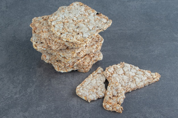 Krokante vierkante rijstwafels op marmer.