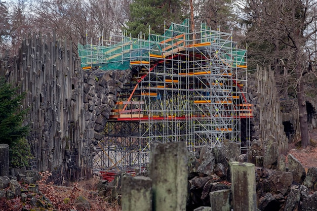 Kromlau / duitsland - januari 2020: renovatie van rakotzbrücke en de grot in rhododendronpark kromlau.