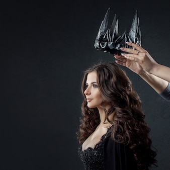 Kroning van de gotische koningin. afbeelding op halloween.