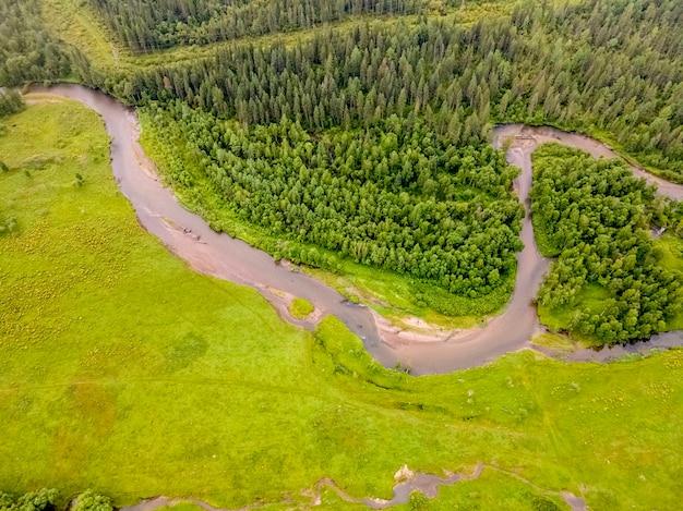 Kronkelend gedeelte van de rivier de ursul altai-gebergte groen veld en bos luchtfoto