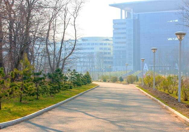 Kronkelend wandelpad door het park op de federale universiteit van het verre oosten een herfstdag