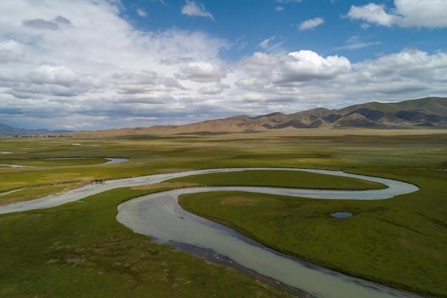 Kronkelende rivier in de vallei, vogelperspectief