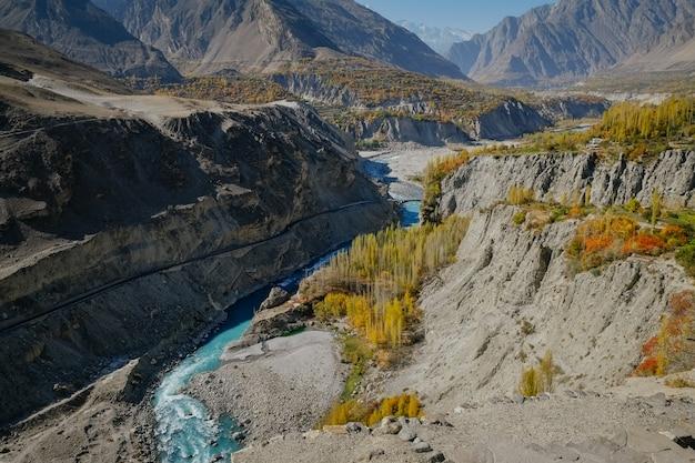 Kronkelende rivier stroomt door hunza nagar vallei langs de bergketen.