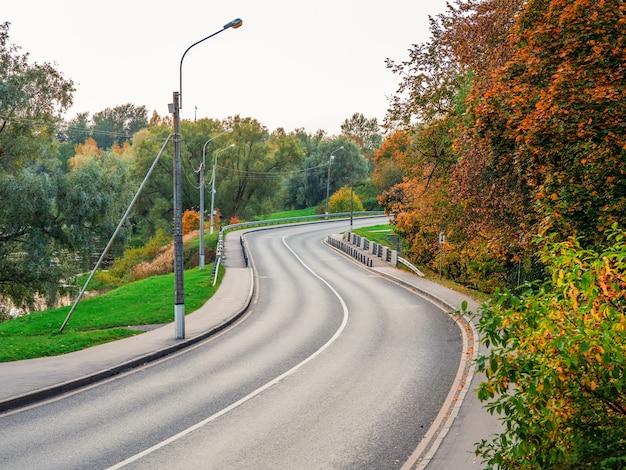 Kronkelende snelweg. een landschapsbeeld van het rollen van de snelweg in de herfst.