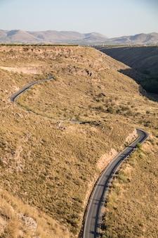 Kronkelende weg door de bergen van de gorafe-woestijn in de vallei