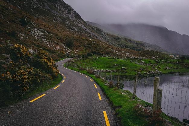 Kronkelende weg door de kloof van dunloe in county kerry, ierland