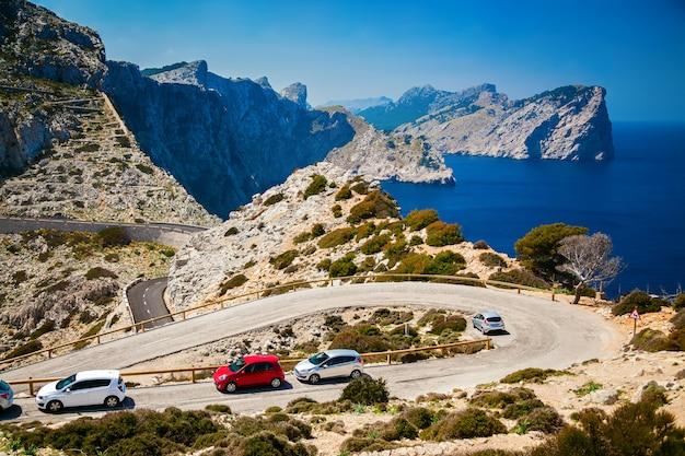 Kronkelende weg met geparkeerde auto's op de cap de formentor