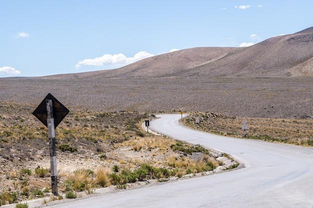 Kronkelende weg omgeven door zandheuvels