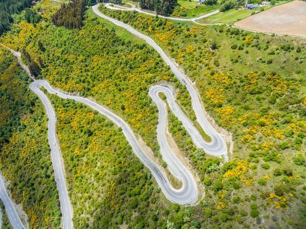 Kronkelende weg op de berg, queenstown, nieuw-zeeland