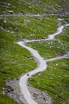 Kronkelige weg in de bergen van de himalaya