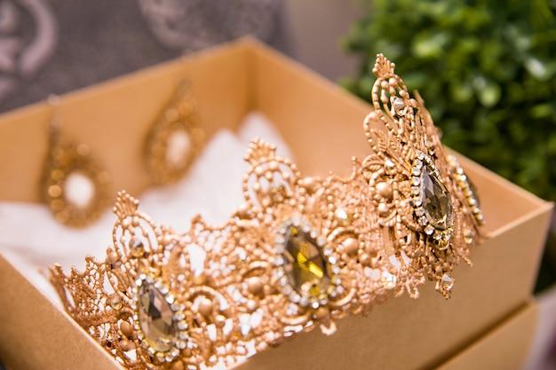 Kroon en sieraden voor de bruid verpakt in doos