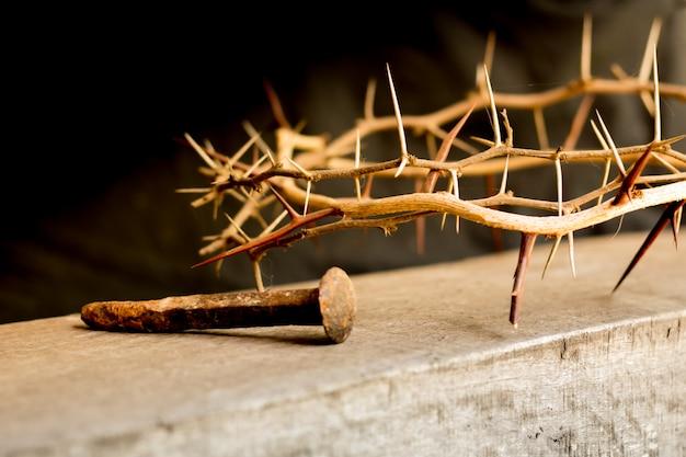Kroon van doornen en nagels symbolen van de christelijke kruisiging in pasen