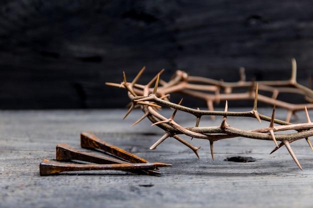 Kroon van doornen en spijkers symbolen van de christelijke kruisiging in pasen