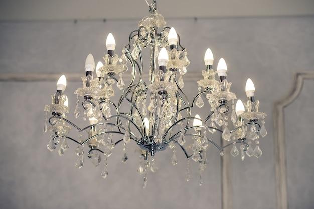 Kroonluchters, kristal, kroonluchter, nadruk op luxe