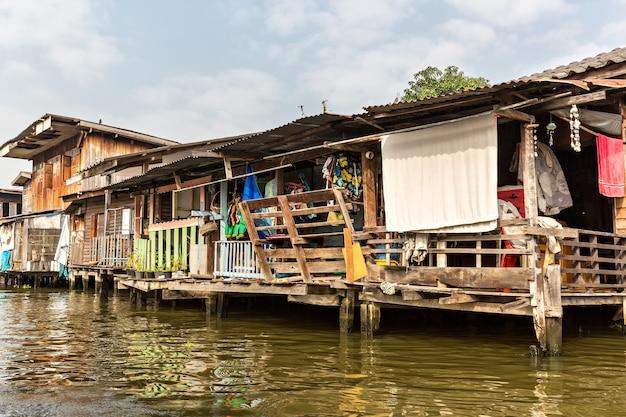 Krottenwijk op vuile gracht in thailand