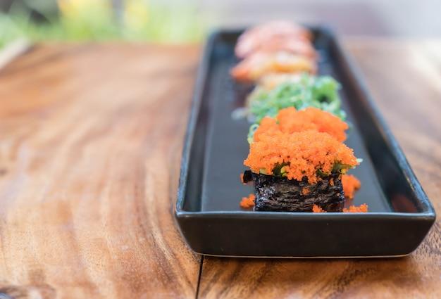 Kruid eieren sushi met gemengde sushi set