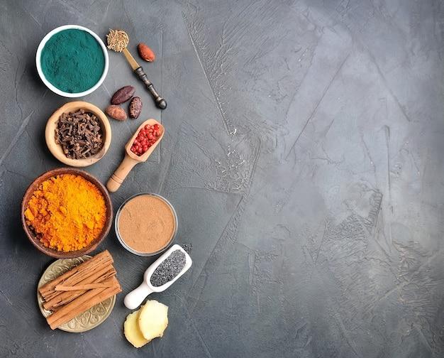 Kruid en gezond ingrediënt op zwarte achtergronden.