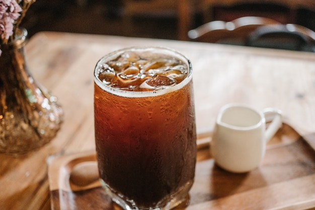 Kruid verse ijskoffie (koude americano) op in de koffiewinkel