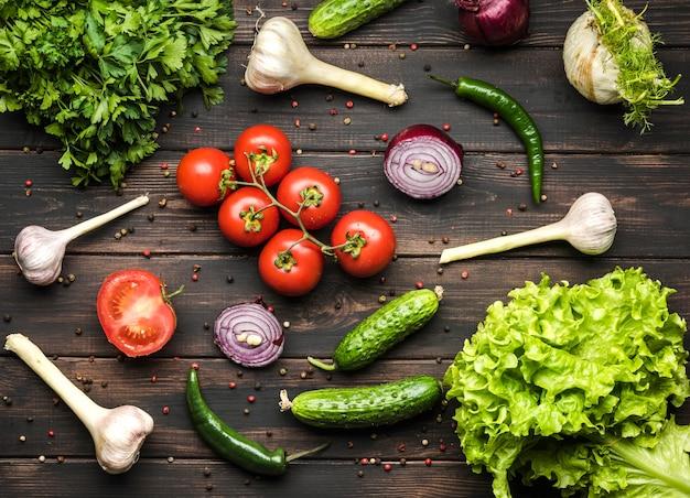Kruiden en groenten voor salade plat leggen