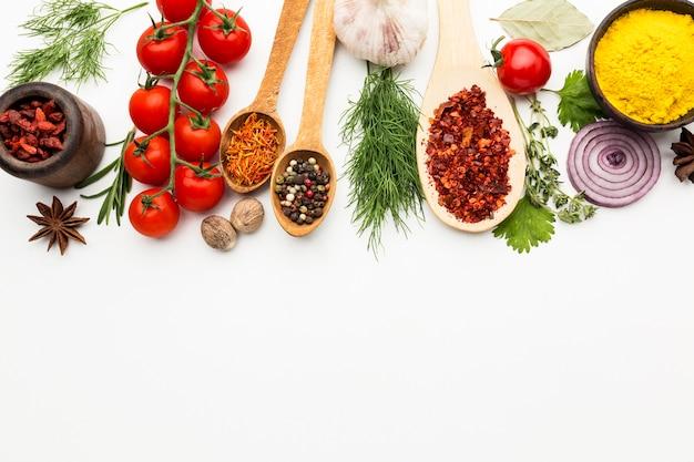 Kruiden en ingrediënten op tafel met kopie-ruimte