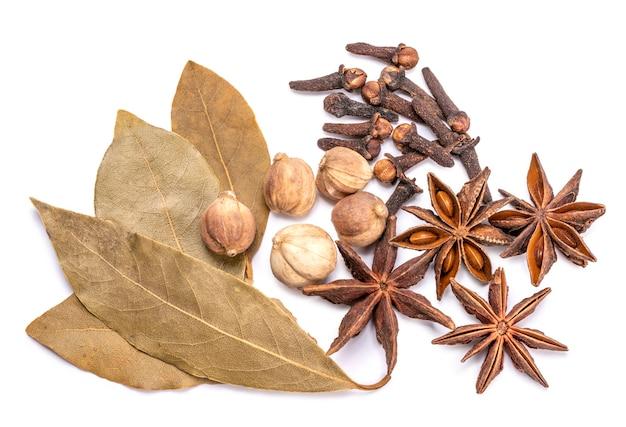 Kruiden en kruideningrediënten voor het koken van curry geïsoleerd op witte achtergrond kruiden en specerijen voedselingrediënten geïsoleerd op witte achtergrond