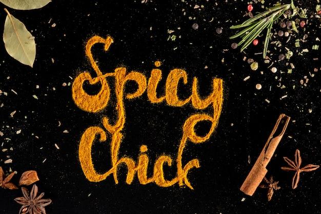 Kruiden en specerijen, chili peper poeder over zwart