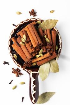 Kruiden en specerijen in bruin handvat keramische kom