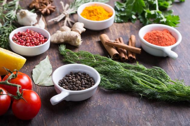 Kruiden en specerijen in keramische kommen. aromatische ingrediënten en natuurlijke voedingssupplementen.