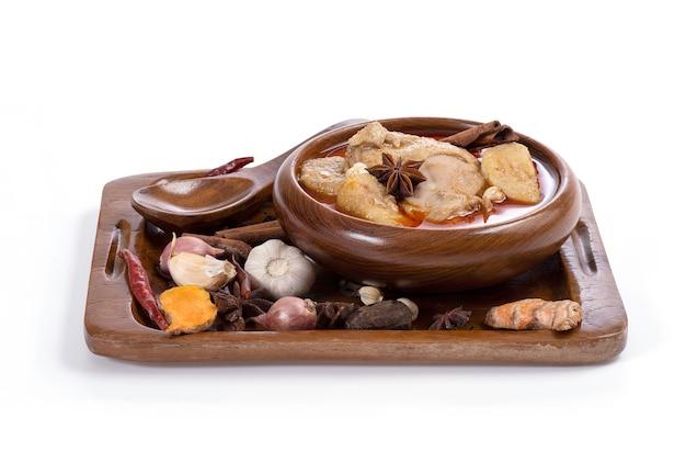 Kruiden en specerijen ingrediënt voor kip massaman curry geïsoleerd op een wit oppervlak.