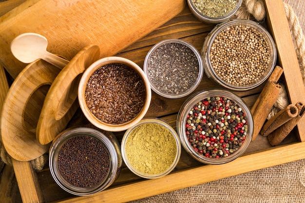 Kruiden en specerijen. kaneel, pepermix, lijnzaad, chia en koriander bij de kruidenlade.