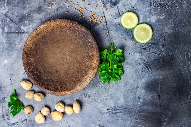 Kruiden en specerijen koken op stenen tafel bovenaanzicht met copyspace