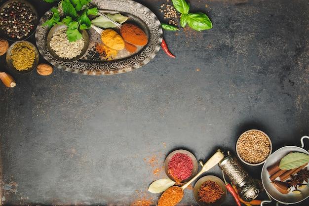 Kruiden en specerijen op donkere achtergrond