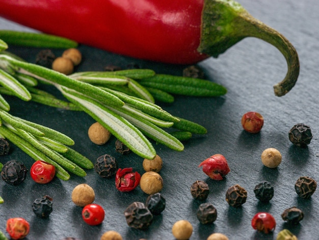Kruiden en specerijen op leisteen