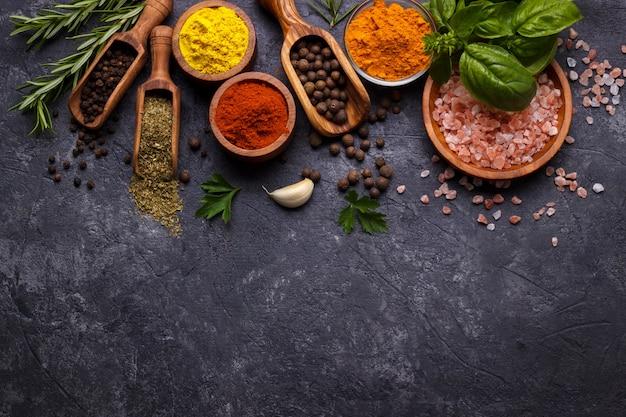 Kruiden en specerijen over zwart