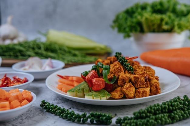 Kruiden gebakken kip met chili, tomaat, komkommer, wortel en verse peper.