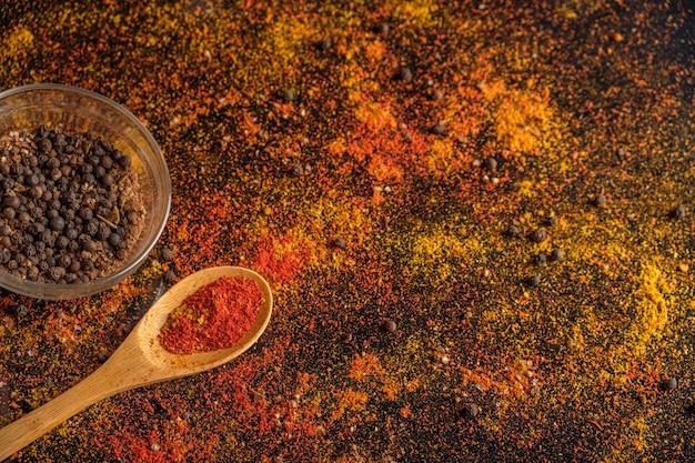 Kruiden gestrooid op een donkere tafel