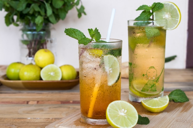 Kruiden gezonde dranken koude citroenthee sap en citroensap voor de gezondheidszorg met pepermuntblad en schijfje citroen
