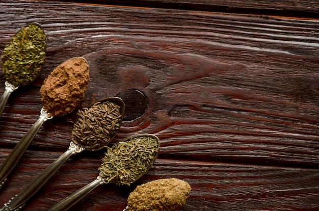 Kruiden in lepels - koriander, komijn, tijm, provençaalse kruiden, gemalen nootmuskaat