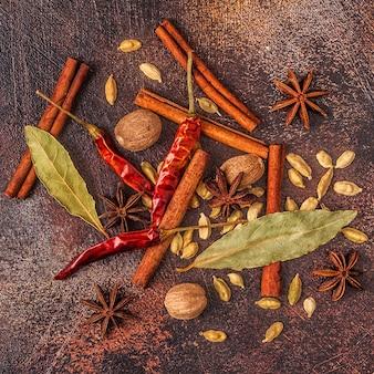 Kruiden ingrediënten om te koken. specerijen concept. bovenaanzicht.