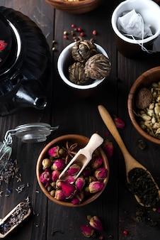 Kruiden natuurlijke bloementheeinfusie met droge bloemeningrediënten