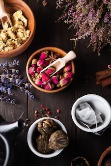 Kruiden natuurlijke bloementheeinfusie met droge bloemenlavendel ingrediënten