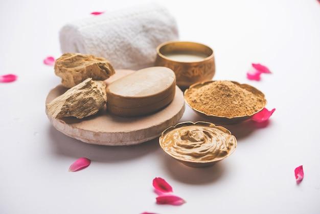 Kruiden- of ayurvedische gezichtsverpakking met multani mitti, melk enz. geplaatst met zeep, handdoek. selectieve focus