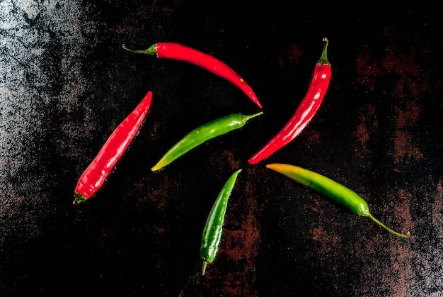 Kruiden om te koken. kruidige rode en groene spaanse peperspeper op oude metaal roestige achtergrond
