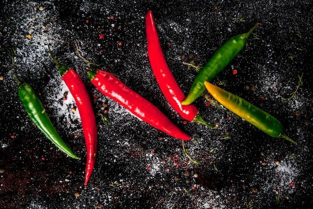 Kruiden om te koken. kruidige rode en groene spaanse peperspeper op oude metaal roestige, hoogste mening