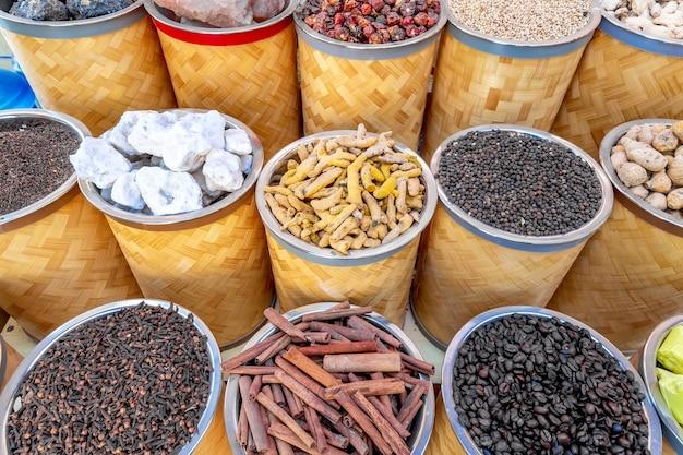 Kruiden op de arabische straatmarkt in dubai
